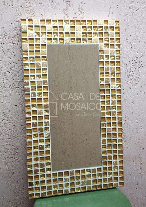 Espelho retangular com mosaico dourado