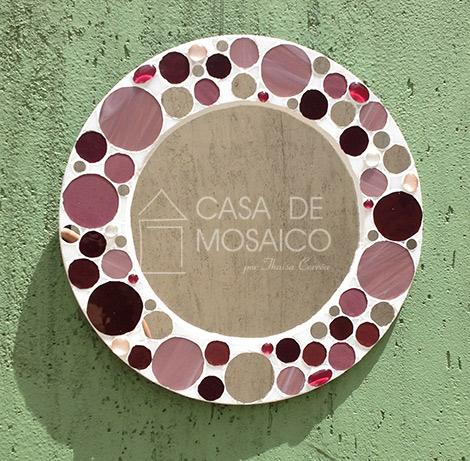 Espelho redondo com mosaico de vidro em tons de rosa, vinho e espelho