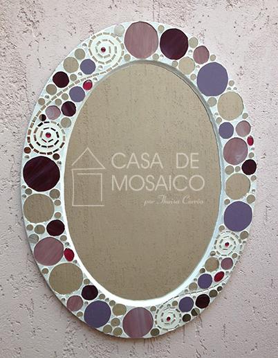 Espelho oval com mosaico de vidro em tons de rosa, vinho e espelho
