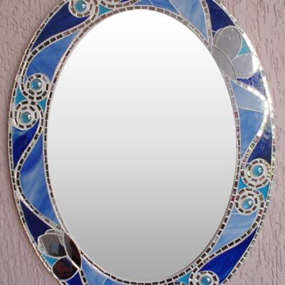 Espelho oval com borda de vidros azuis e espelho