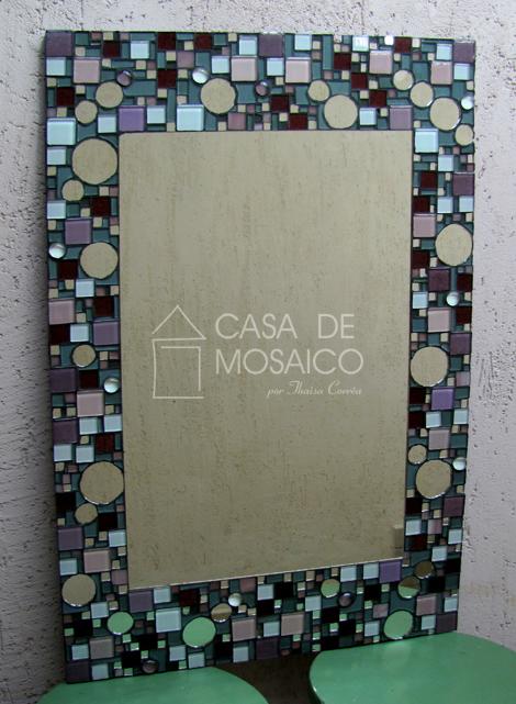 Espelho com mosaico de vidro cinza, rosa e tons de vinho