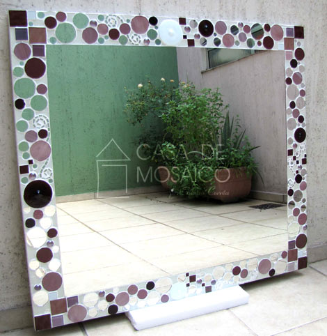 Espelho com mosaico de vidro em tons de rosa, vinho e espelho