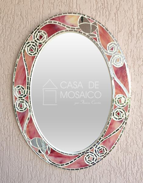 Espelho oval com mosaico de vidros rosa manchado