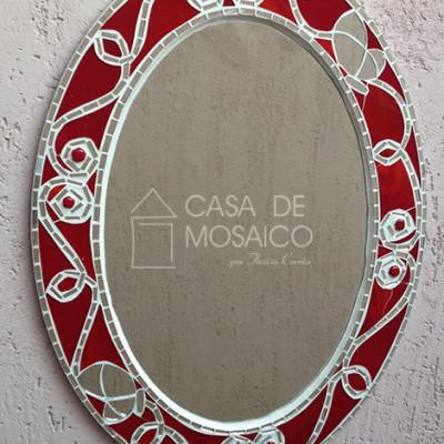 Espelho oval com mosaico de vidro vermelho