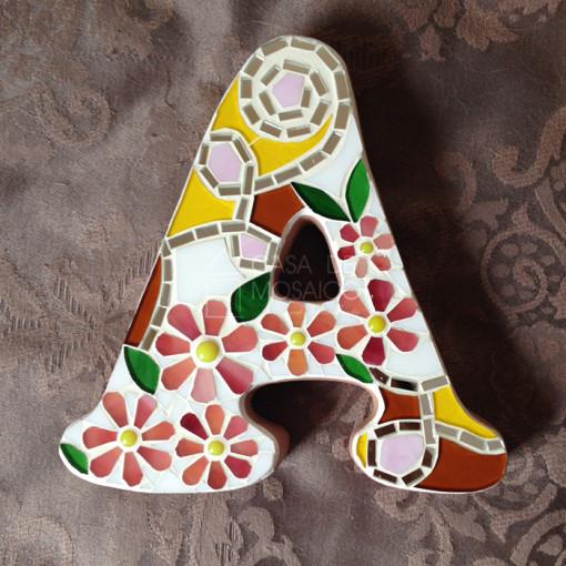 Letras decoradas em mosaico de vidro