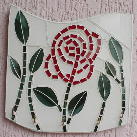 Porta-chaves em vidro com flor vermelha e folhas