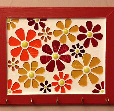 Porta-chaves vermelho com flores em tons de vermelho, laranja e âmbar