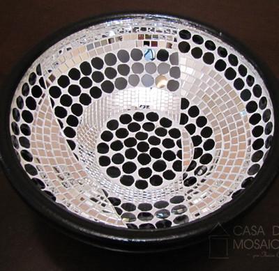 Bacia de cerâmica com mosaico preto e branco