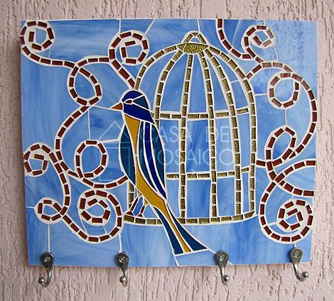 Cabideiro com pássaro e gaiola em mosaico