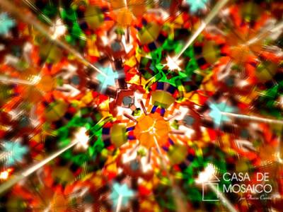 Caleidoscópio de mosaico de vidros coloridos