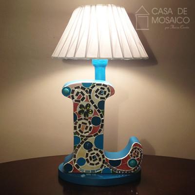 Luminária com letra decorada em mosaico de vidro