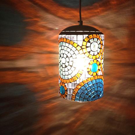 Luminária pendente em mosaico de vidro azul e marrom