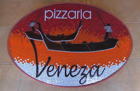 Placa com logotipo em mosaico