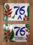 Número em mosaico de vidro com flores tropicais