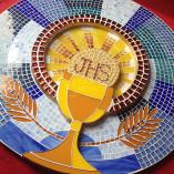Porta de Sacrário de mosaico com símbolo eucarístico