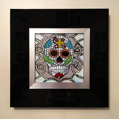 Quadro de Caveira Mexicana em mosaico de vidro com moldura de madeira