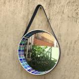 Espelho redondo de mosaico com alça de couro azul