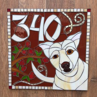 Número de mosaico para residência com desenho de cachorro