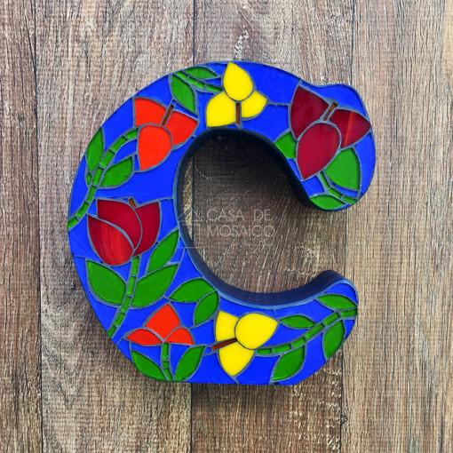 Letra M de mosaico para decoração