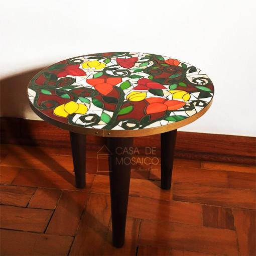 Mesa com pés palito e tampo de mosaico